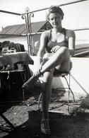 Photo Originale Pin-Up Sexy En Maillot De Bains à Frou-Frou, Les Jambes Croisées De Face Sur Son Tabouret 1930/40 - Pin-ups