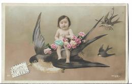 CPA  De  BONNE  FETE  -   Bébé Assis Sur Une Hirondelle Entouré De Roses Suivi De 2 Autres  Hirondelles  //   TBE - Fêtes - Voeux