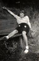 Photo Originale Portrait De Pin-Up Assise Sur Un Banc à La Mauvaise Ou étrange Posture En 1942 - Pin-Ups