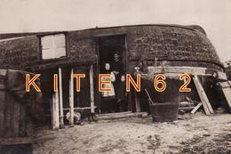 Environs De Boulogne-sur-Mer-Équihen-Plage  Repro Photo D'une Quille En L'air. Animé,femme, Enfants, Cuvier à Lessive . - Boats