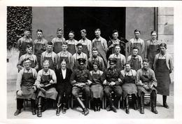 Photo Originale Guerre 1939-45 Femmes Du III Reich, Entre Gradés Et Palefrenier (Lad) Valets Au Soin Des Chevaux - Guerra, Militari