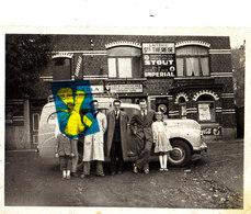 Photo Animée Devant Laiterie Sainte Thérese - Local Des Perches Verticales Et Horizontales - Thérese Ghys Mais Où ? - Cartes Postales