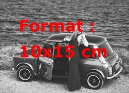 Reproduction D'une Photographie Ancienne D'une Femme En Robe De Soirée à Côté D'une Austin Mini - Reproductions