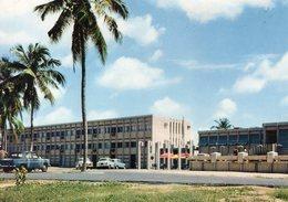 Bénin. Dahomey. Cotonou. Hôtel De La Croix Du Sud.  Automobiles Peugeot 403, 404, Renault 8, 4L. - Benin