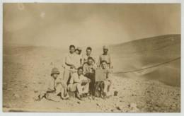 Carte Photo . Infanterie Coloniale En Afrique . Poste De Transmissions Dans Le Désert . - Personen