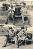 I46 - N° 39 - MILITARIA - Guerre D'Algérie - On Pose Devant La Jeep Ou La Traction - Lot De 2 Photos - Krieg, Militär