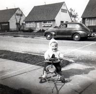 Photo Carrée Originale Course Intrépide Entre Un Tricycle à Roulettes Et Une Voiture Américaine 50's Vers 1960 - Buick - Automobili