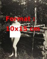 Reproduction D'une Photographie Ancienne D'une Jeune Femme Nue Près D'un Tas De Bois En Bordure D'une Forêt En 1906 - Reproductions