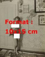 Reproduction D'une Photographie Ancienne D'une Jeune Femme Nue Tenant Un Trombone En 1906 - Reproducciones