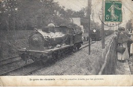 La Grève Des Cheminots Une Locomotive Dételée Parles Gréviste Carte Avec Pli Côté Droit - Grèves