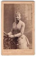 Fotografie Carl Jagerspacher, Gmunden, Portrait Dame In Rock Mit Tournüre Und Wespentaille - Anonyme Personen