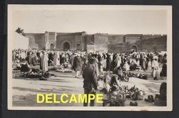 DD / MAROC / MEKNÈS / PLACE EL HÉDIME ET BAB MANSOUR / UN MARCHÉ / ANIMÉE / 1951 - Meknès