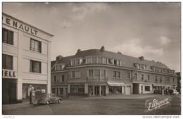 BE 23 -    LA LOUPE  -  LA PLACE DE L' HOTEL DE VILLE   -  COMMERCES - GARAGE -  VOITURE RENAULT 4CV - 2 SCANS - La Loupe
