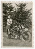 Portrait D'une Femme Assise Sur Sa Moto, Francorchamps. Photo Sortie D'un Album D'un Voyage En Europe. - Photos