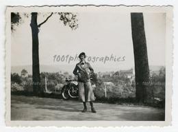 Portrait D'une Femme Debout Devant Sa Moto, Malmédy, Mai 1934. Photo Sortie D'un Album D'un Voyage - Photos