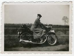 Portrait D'une Femme Assise Sur Sa Moto,  Route De Louvain. Photo Sortie D'un Album D'un Voyage En Europe - Photos