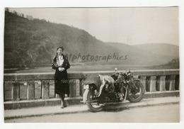 Portrait D'une Femme Posant Devant Une Moto, Pont Sur Semois, Rochefort, 1933. Photo Sortie D'un Album D' - Photos