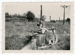Portrait D'ue Jeune Fille Assise Sur Une Moto. Photo Sortie D'un Album D'un Voyage En Europe. - Photos