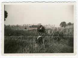 Portrait D'un Homme Sur Sa Moto Dans Les Champs, Aout 1936. Photo Sortie D'un Album D'un Voyage En Europe - Photos