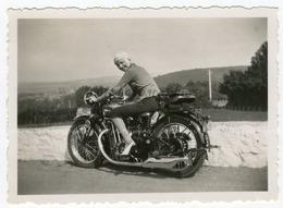 Portrait D'une Femme Posant Sur Une Moto, Harzé, Aout 1936. Photo Sortie D'un Album D'un Voyage En - Photos