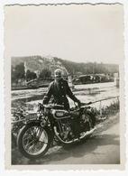 Portrait D'un Homme Posant Derrière Sa Moto, Dinant 1936. Photo Sortie D'un Album D'un Voyage En E - Photos