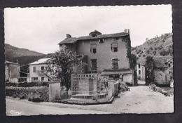 CPSM 63 - SAURIER - Le Vieux Château Et Le Monument Des Déportés - TB PLAN Place CENTRE VILLAGE TB Verso 1959 - France
