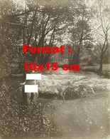 Reproduction D'une Photographie Ancienne D'une Jeune Femme Nue Près D'une Cascade En Forêt En 1906 - Reproductions