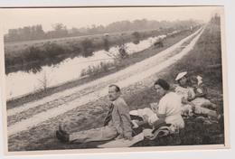 Photo Format Carte Postale Ancienne A Identifier Ou Localiser Pique Nique Au  Bord De La  Riviere - Photos