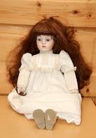 Poupée En Porcelaine Et Tissu, Chevelure Brune - Dolls