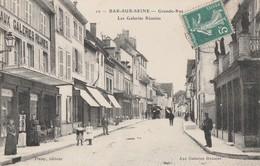 BAR SUR SEINE - LA GRANDE RUE - LES GALERIES REUNIES - TRES BELLE CARTE ANIMEE - NOMBREUX COMMERCES -  TOP !!! - Bar-sur-Seine