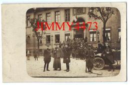 CPA -  Un Groupe De Militaires Devant Une Caserne En 1914, Ville à Identifier - Vieille Voiture - Scans Recto-Verso - Guerre 1914-18