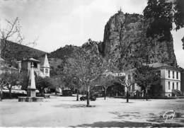 04 - CASTELLANE : Place De La Grave - Le Roc - CPSM Dentelée Noir Blanc Grand Format - Alpes De Haute Provence - Castellane