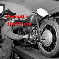 Reproduction D'une Photographie Ancienne D'un Mécanicien Travaillant Sur Une Moto Guzzi En 1950 - Reproductions