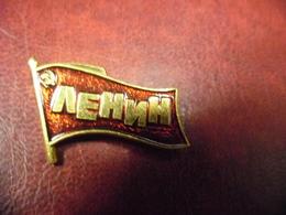 PIN'S Vintage Russian Gold Tone Flag Lapel Pin AEHNH Pinback Red USSR CCCP Soviet - 27 Mm X 15 Mm - Drapeau Rouge - Villes