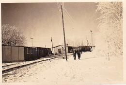 Foto 2 Deutsche Soldaten In Eingeschneitem Dorf - 2. WK -  8,5*5,5cm (39299) - Krieg, Militär