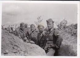 Foto Deutsche Soldaten In Stellungsgraben Mit Handgranaten - 2. WK -  8*5,5cm (39300) - Guerre, Militaire