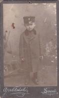 PETIT ENFANT AVEC UNIFORME MILITAIRE. VINTAGE POLOGNE PHOTO. SUWALKI. CIRCA 1880s SIZE 6x11CM ORIGINAL  - BLEUP - Photos