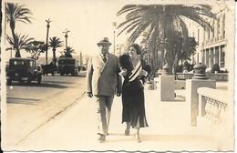 Carte-Photo à Identifier, Baron De Co... De Bucamps? En Promenade Sur La Croisette (Cannes) Avec Claudine St... Huysman? - Postcards