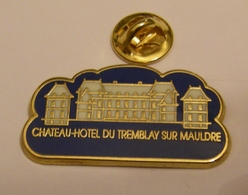 CHATEAU HOTEL DU TREMBLAY SUR MAULDRE VERSION FOND BLEU Pin Pin's Pins - Städte