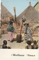 Rare Cpsm  Meilleurs Voeux Femmes Pilant Du Mile Devant Les Enfants Du Village En Cases - Afrique