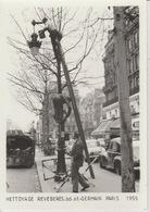 19 / 2/ 116   -  PARIS  - NETTOYAGE  RÉVERBERES. BD. ST. GERMAIN. -  C P M.  1955 - France