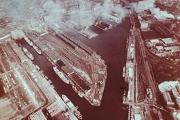 Photo Diapo Diapositive Slide L'Europe Aérienne N°79 Royaume Uni Les Docks De Manchester Bateaux Cargo VOIR ZOOM - Diapositives