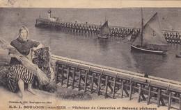 62. BOULOGNE SUR MER. CPA . PÊCHEUSE DE CREVETTES ET BATEAUX PÊCHEURS. ANNEE 1922 - Boulogne Sur Mer