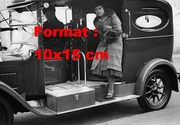 Reproduction D'une Photographie Ancienne D'une Dame Sortant D'un Taxi Londonien En 1931 - Reproductions