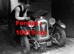 Reproduction D'une Photographie Ancienne D'un Homme Travaillant Sur Le Moteur D'une Salmson 1090 Cc - Reproductions