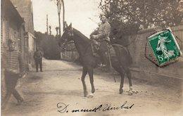 / Carte Photo D 'un Hussard à Cheval ( Envoyée Du Mesnil Aubry à Villiers Le Bel Dans Le Val D' Oise) - Régiments
