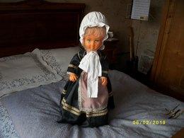 Belle Poupée En Costume Régional  Hauteur 70 Cms - Poupées