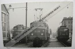 Train SNCF Locomotive Alsthom 2D2 5304 5306 Et BB 8258 Par Bréhèret Tampon Au Dos PHOTO Originale Type Carte - Treinen
