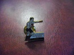 PIN'S BOXE TIOZZO - 25 Mm X 20 Mm - Champion Du Monde Poids Mi Lourds Puis Lourds Légers 1995 à 2000 - Boxe