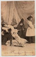 """CPA 1904 Groupe D'enfants Charmante Scène De Théâtre """" Bébé Apothicaire """" Jeune Fille Sortez Laissez Moi Seul ... - Enfants"""